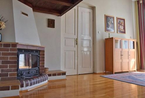 na zdjęciu zbliżenie na piękny kominek w salonie apartamentu do sprzedaży w Częstochowie