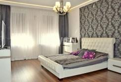 na zdjęciu widok na ekskluzywną sypialnię w apartamencie do sprzedaży w Legnicy