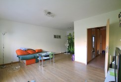 na zdjęciu widok z innej perspektywy na salon w apartamencie w Szczecinie do sprzedaży