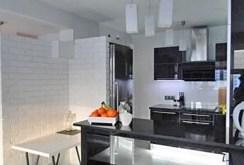 na zdjęciu luksusowo urządzona kuchnia w apartamencie na sprzedaż w Warszawie