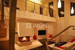 na zdjęciu kominek w salonie luksusowej willi we Wrocławiu na wynajem