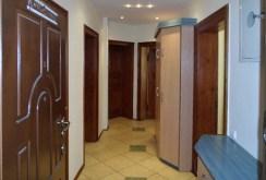widok na przedpokój i wejście do poszczególnych pokoi w apartamencie do sprzedaży w Szczecinie