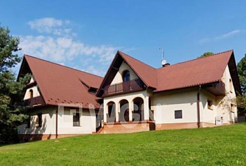 widok od strony ogrodu na posiadłość w okolicy Tarnowa na sprzedaż