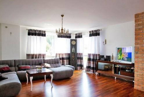 na zdjęciu luksusowy salon w willi do sprzedaży w okolicy Warszawy