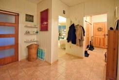 widok na przedpokój i wejścia do wszystkich pokoi w apartamencie w Suwałkach do sprzedaży