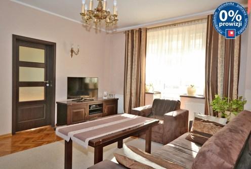 zdjęcie prezentuje ekskluzywne wnętrze salonu w apartamencie do sprzedaży w Radomiu