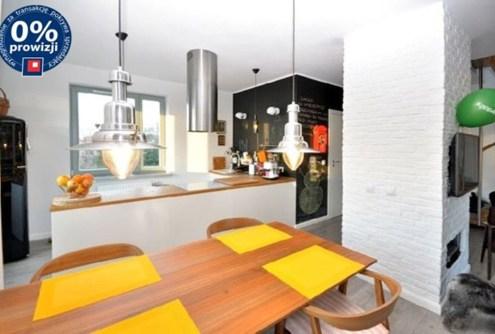 zdjęcie prezentuje nowoczesną kuchnię w apartamencie do sprzedaży w Szczecinie