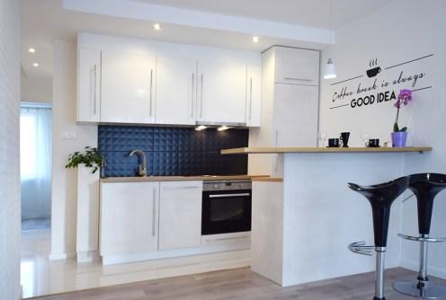 zdjęcie prezentuje nowoczesny aneks kuchenny w apartamencie do sprzedaży w Białymstoku
