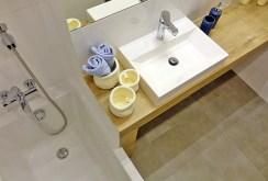 na zdjęciu ekskluzywnie urządzona łazienka w apartamencie na sprzedaż w Jaworznie