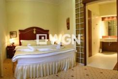 zdjęcie przedstawia ekskluzywną sypialnię w willi w Cieszynie do sprzedaży
