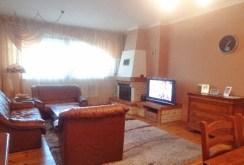 na zdjęciu kominek w salonie ekskluzywnej willi do sprzedaży w Gorzowie Wielkopolskim