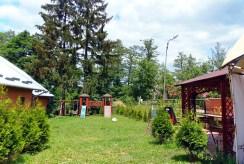 zdjęcie przedstawia zagospodarowaną działkę przed luksusową willą do sprzedaży w Kudowie-Zdroju