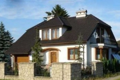 na zdjęciu widok z ulicy na luksusową willę w Lublinie na sprzedaż