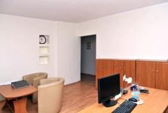 zdjęcie przedstawia jedno z luksusowych pomieszczeń w willi w Szczecinie na sprzedaż