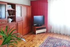 zdjęcie przedstawia salon w willi w okolicy Słupska na sprzedaż