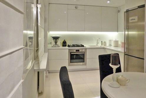 na zdjęciu aneks kuchenny w luksusowym apartamencie do sprzedaży na Mazurach