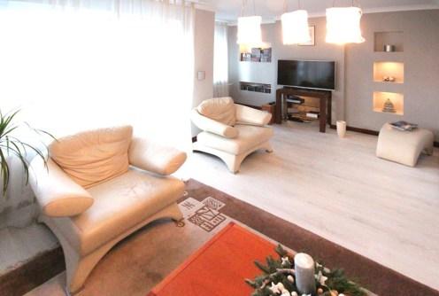 na zdjęciu nowoczesny salon w luksusowym apartamencie do sprzedaży w Szczecinie