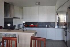 zdjęcie prezentuje kuchnię w ekskluzywnym apartamencie do sprzedaży w okolicy Białegostoku