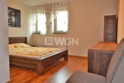 widok na ekskluzywną sypialnię w apartamencie do wynajmu w okolicy Bolesławca