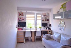 na zdjęciu pokój dziecięcy w apartamencie na sprzedaż w Toruniu