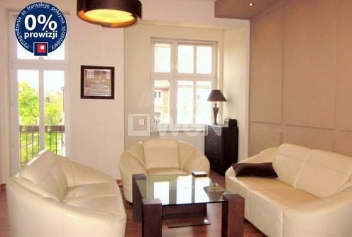 na zdjęciu luksusowy salon w apartamencie do sprzedaży w Legnicy