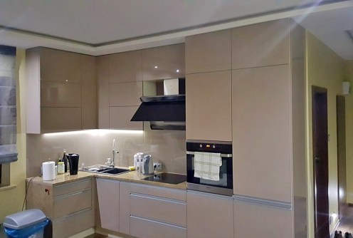 na zdjęciu nowocześnie urządzona i umeblowana kuchnia w apartamencie do wynajęcia w Szczecinie