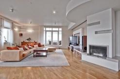 na zbliżeniu kominek w salonie ekskluzywnego apartamentu do sprzedaży w Warszawie