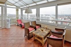 zdjęcie prezentuje taras w luksusowym apartamencie na wynajem w Warszawie