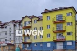 widok z innej perspektywy na apartamentowiec w Legnicy, w którym znajduje się oferowany na sprzedaż apartament