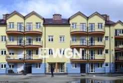 widok z zewnątrz na apartamentowiec w Legnicy, w którym mieści się oferowany na sprzedaż apartament