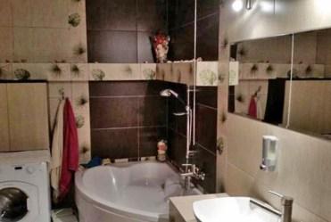 zdjęcie prezentuje elegancko wyposażoną łazienkę w apartamencie w Lubinie na sprzedaż