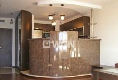 zdjęcie przedstawia luksusowy wnętrze jednego z pomieszczeń w apartamencie do sprzedaży nad morzem