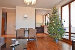 widok z innej perspektywy na luksusowy salon w ekskluzywnym apartamencie na sprzedaż w Białymstoku