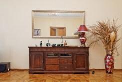 zdjęcie prezentuje fragment jednego z pokoi ze stylowymi meblami w apartamencie w Tarnowie na sprzedaż