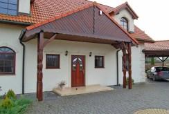 zdjęcie prezentuje reprezentacyjne wejście do willi na na Mazurach do sprzedaży