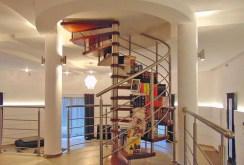 zdjęcie prezentuje ciekawe architektonicznie schody na górny poziom willi do sprzedaży w Łodzi