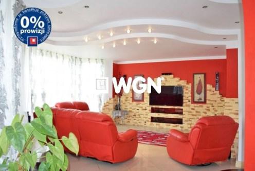 zdjęcie prezentuje nowoczesny salon w luksusowej willi na sprzedaż w Bolesławcu