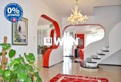 rozkład pomieszczeń i schody na górny poziom w ekskluzywnej willi do sprzedaży w Bolesławcu
