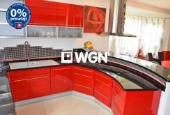 na zdjęciu nowocześnie umeblowana i wyposażona kuchnia w willi w Bolesławcu do sprzedaży