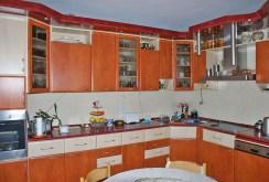 widok na umeblowaną i komfortowo urządzoną kuchnię w willi do sprzedaży w Warszawie