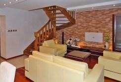 zdjęcie prezentuje salon w luksusowym apartamencie na sprzedaż na Mazurach