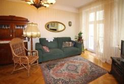widok z innego ujęcia na salon w apartamencie w Łodzi do sprzedaży