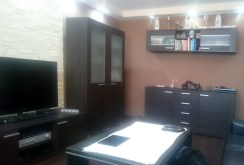 widok z innej perspektywy na luksusowy salon w apartamencie na sprzedaż w Katowicach