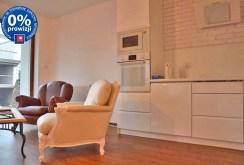 zdjęcie przedstawia nowocześnie zaaranżowany aneks kuchenny w apartamencie do sprzedaży w Lesznie