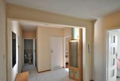 rozkład pokoi i pomieszczeń sfotografowany z perspektywy przedpokoju w apartamencie na sprzedaż w Radomsku