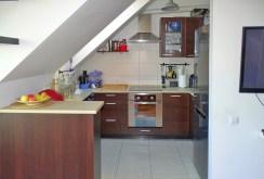 na zdjęciu komfortowo urządzona i umeblowana kuchnia w apartamencie do sprzedaży w Szczecinie