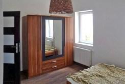 widok na komfortowo umeblowaną sypialnię w ekskluzywnym apartamencie do sprzedaży w Szczecinie
