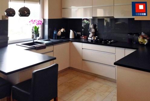 na zdjęciu komfortowo i nowocześnie wyposażona kuchnia w apartamencie do sprzedaży w Tarnowie