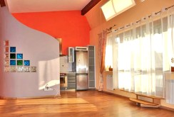 zdjęcie prezentuje ekskluzywny salon w apartamencie w Toruniu na sprzedaż