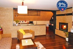 na zdjęciu luksusowy salon z kominkiem w apartamencie do sprzedaży w okolicy Legnicy